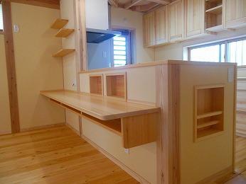 対面キッチンリビング側カウンターや造作棚