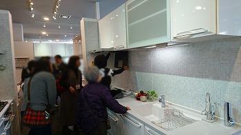 川越タカラショールームキッチン展示見学風景