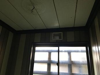 寒い浴室の大きな窓