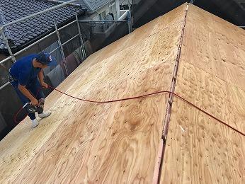 新築屋根野地板ラーチ12ミリ張り2