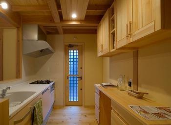 自然素材住宅システムキッチンと背面無垢収納