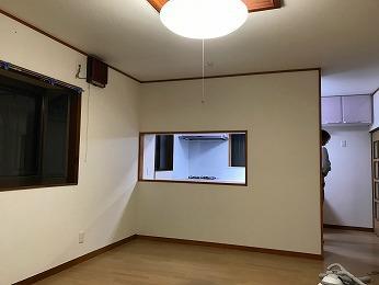 リビングから背面収納開口よりキッチンを見た様子