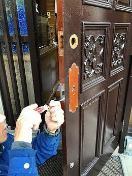 築45年木製玄関ドアノブ外し