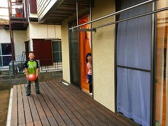所沢市リビング前ウッドデッキ子どもの遊び場
