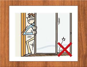 ドアやサッシの枠、引き戸の鴨居・敷居が変形して開閉が困難になります。