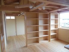 天然木の新築無垢の収納棚