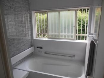 ユニットバスであたたかお風呂、明るくきれいで気持ちが良いです。