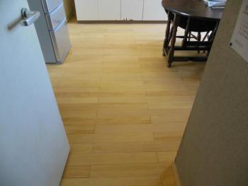 マンションの床を無垢材で張替、快適な空間となりました。