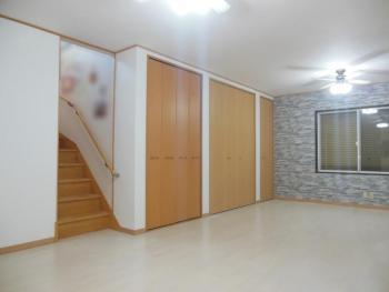 和室とリビングを繋げて床暖房を入れたら、家族が集まれる明るい空間。